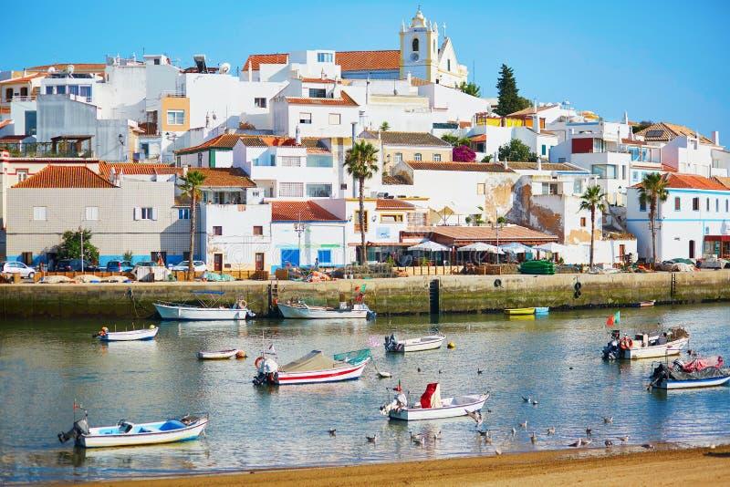 Vista cênico de barcos de pesca em Ferragudo, Portugal fotos de stock royalty free
