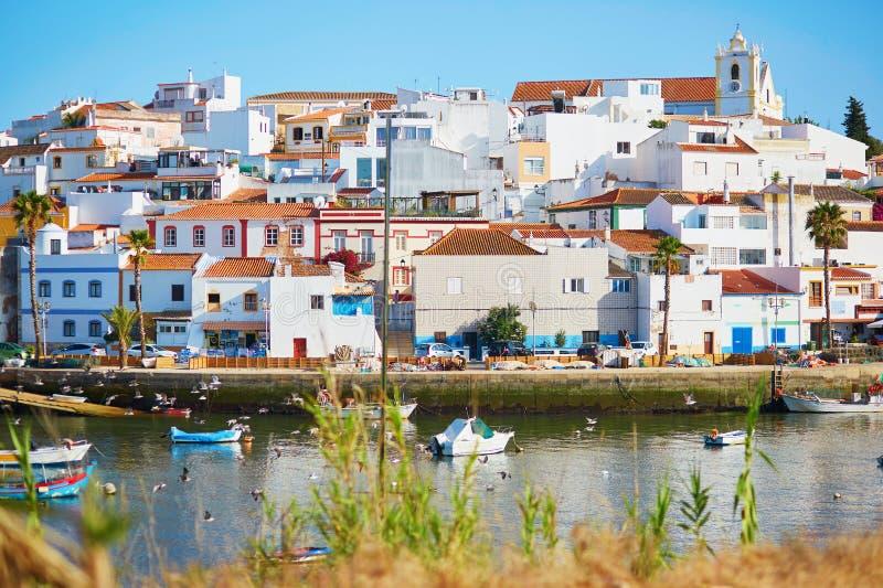 Vista cênico de barcos de pesca em Ferragudo, Portugal imagens de stock