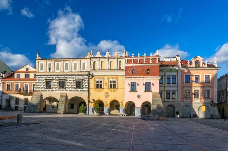 Vista cênico de casas de cortiço do renascimento no mercado da cidade velha em Tarnow, Polônia imagem de stock