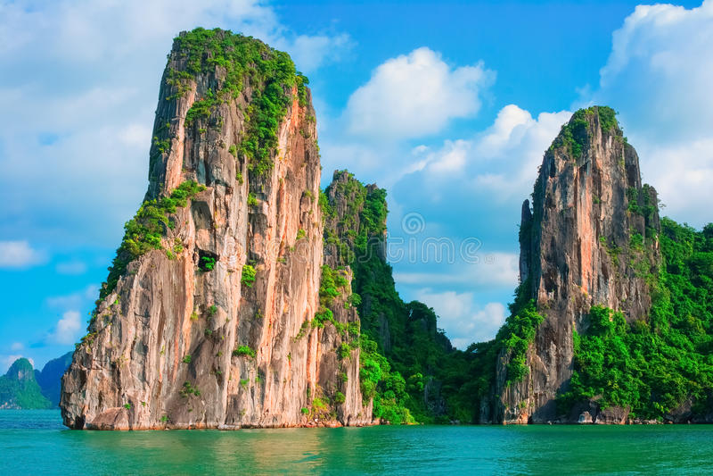 Vista cênico de ilhas da rocha na baía de Halong, Vietname fotografia de stock