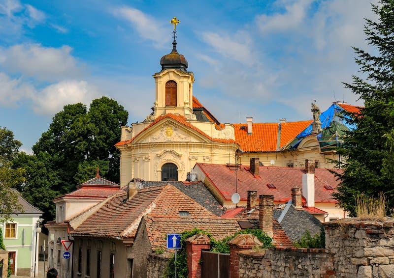 Vista cênico de Kutna Hora com os telhados e Ursuline Convent Church idosos da casa no centro da cidade, República Checa foto de stock