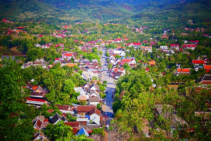 Vista cênico de Luang Prabang da montagem Phousi imagens de stock