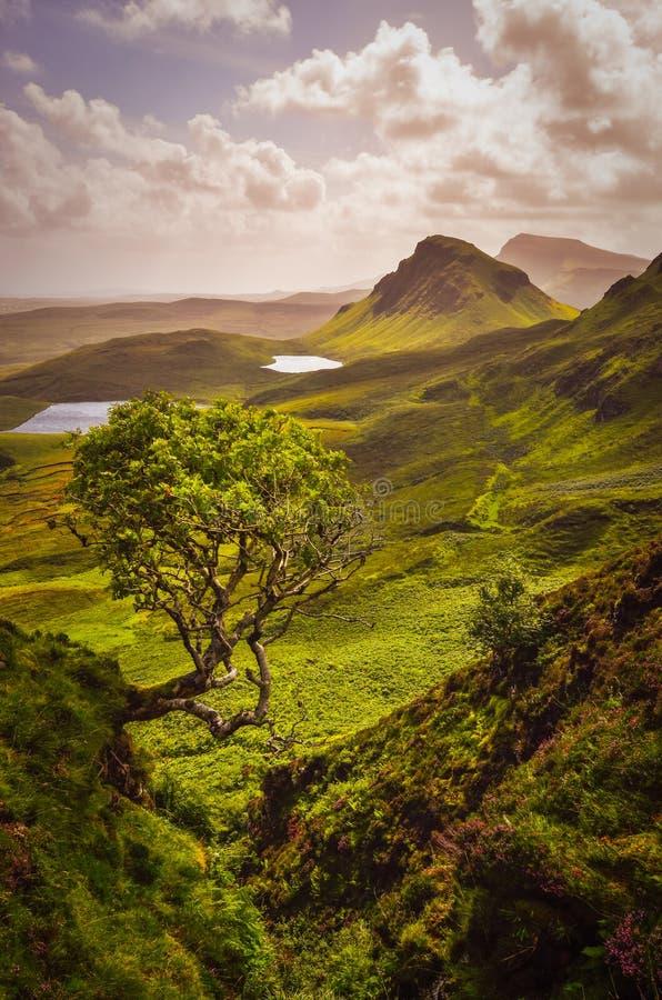 Vista cênico de montanhas de Quiraing na ilha de Skye, montanhas escocesas foto de stock royalty free