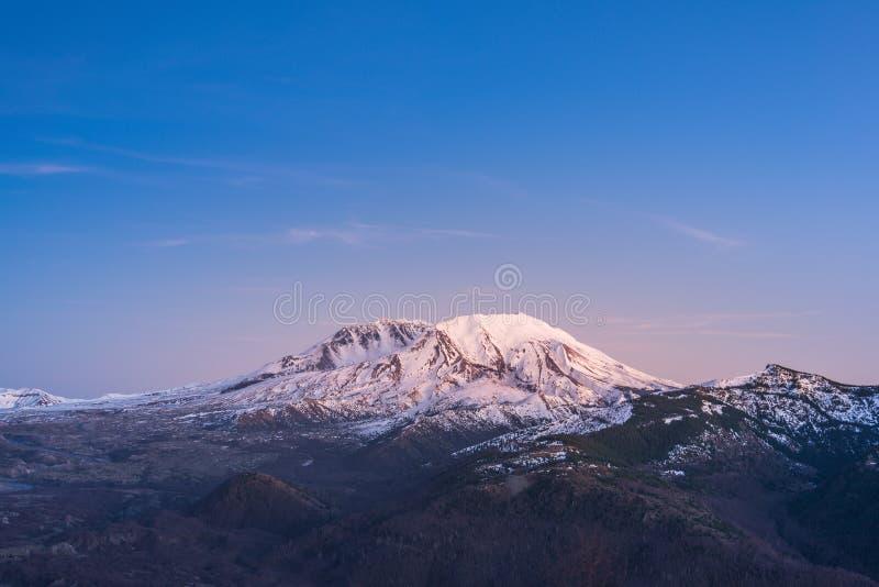 Vista cênico de mt St Helens com o coberto de neve no inverno em que por do sol, monumento vulcânico nacional de Mount Saint Hele imagens de stock