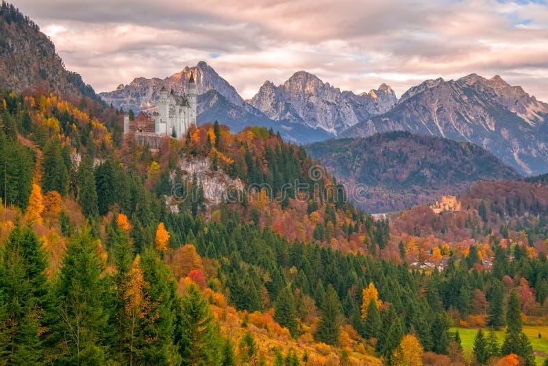 A vista cênico de Neuschwanstein e de Hohenschwangau fortifica na manhã do outono fotografia de stock