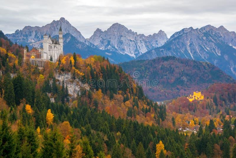 A vista cênico de Neuschwanstein e de Hohenschwangau fortifica no dia do outono foto de stock