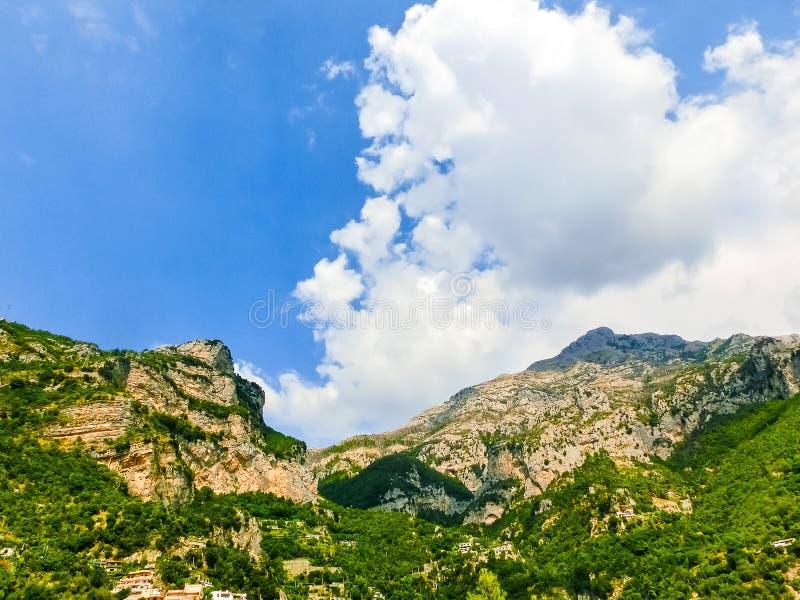 Vista cênico de Positano, vila mediterrânea bonita na costa no Campania, Itália de Amalfi fotos de stock