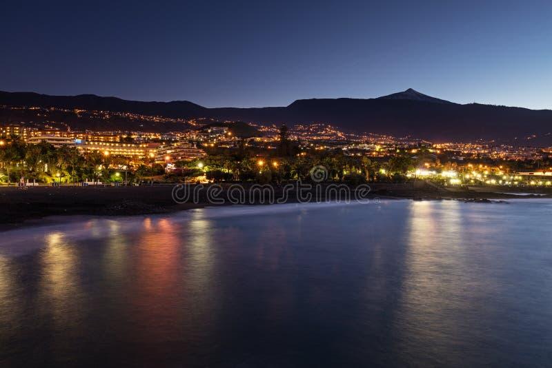 Vista cênico de Punta Brava abaixo de uma praia com o vulcão de Teide no fundo fotografia de stock
