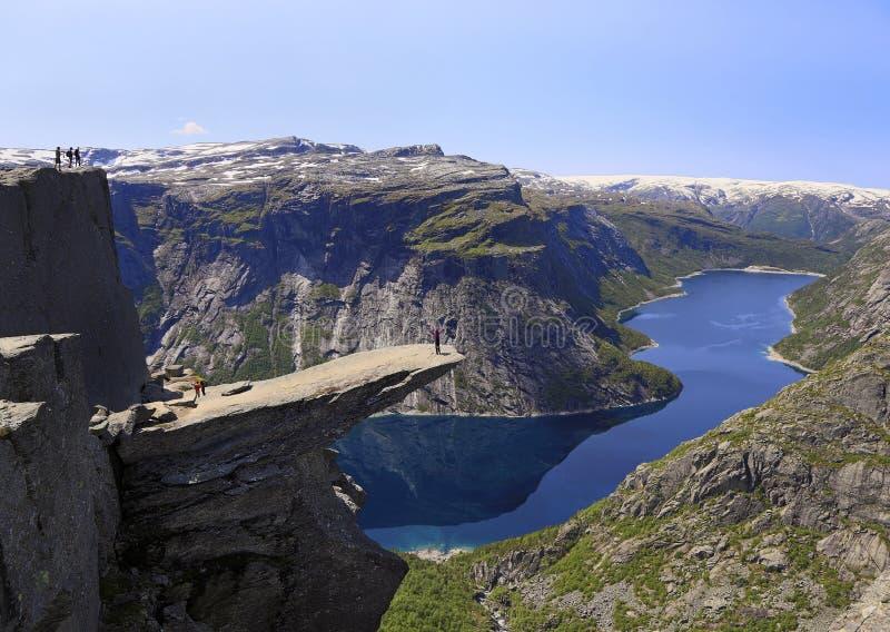 Vista cênico de Trolltunga o destino da língua da pesca à corrica famosa e o lago noruegueses Ringedalsvatnet em Odda, Noruega foto de stock