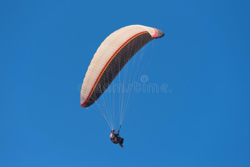 Vista cênico de um paraglider em um dia ensolarado fotos de stock royalty free