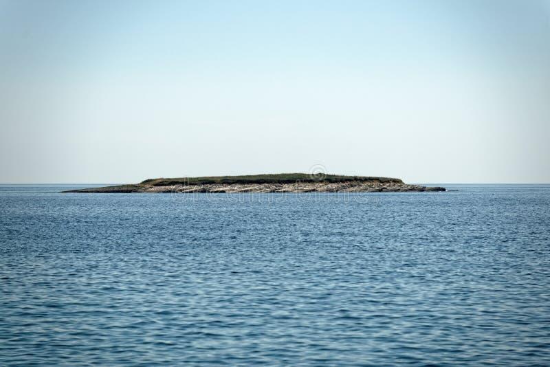 Vista cênico de uma ilha pequena fotos de stock royalty free
