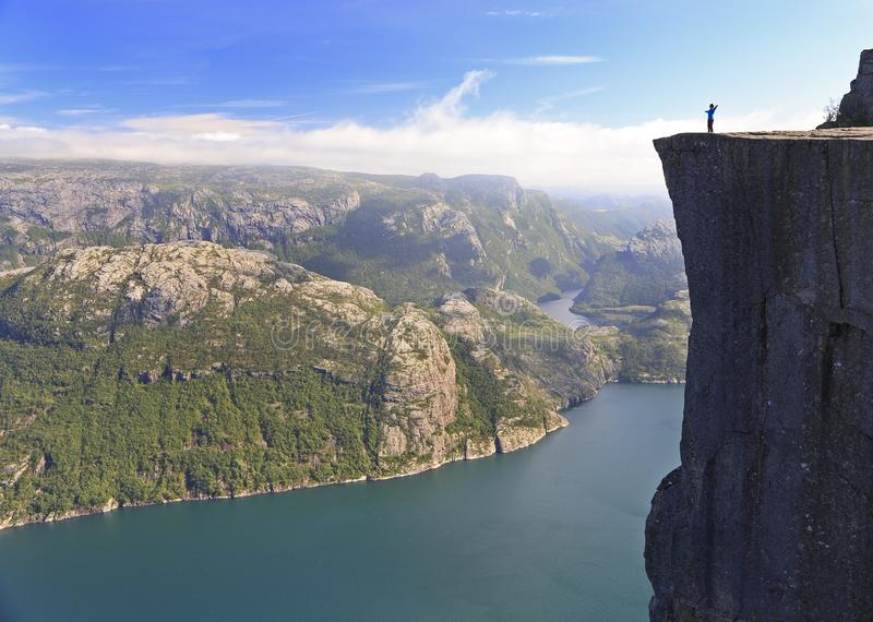 Vista cênico de uma posição do caminhante em Preikestolen e da vista no fiorde, Noruega imagens de stock royalty free