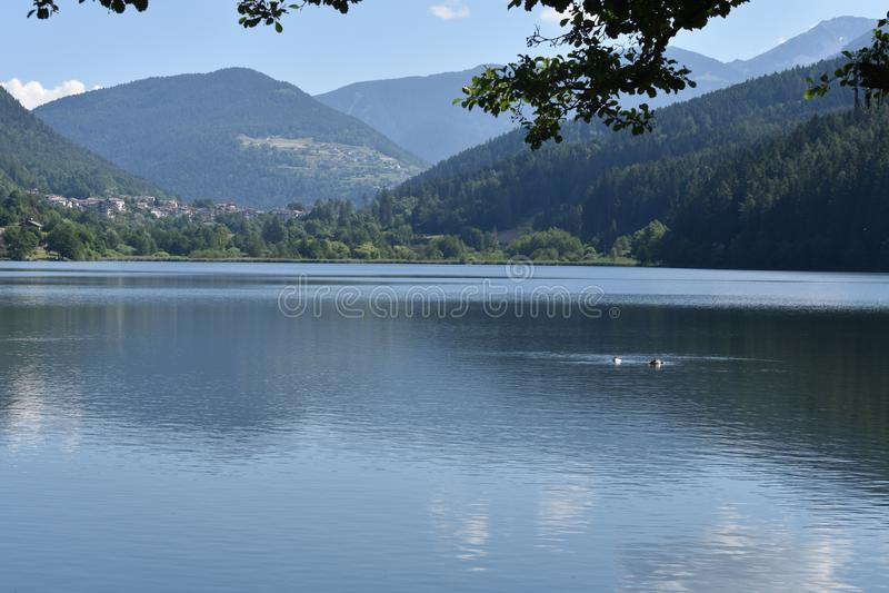 Vista cênico do lago de Serraia, Trentino, Itália do norte imagem de stock