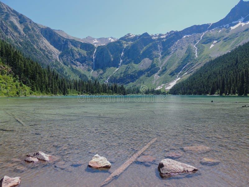 Vista cênico do lago e das geleiras avalanche no parque nacional Montana EUA de geleira imagens de stock