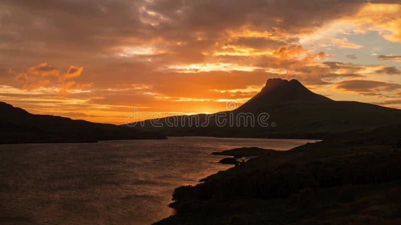 Vista cênico do lago e das montanhas em montanhas escocesas, Escócia, Reino Unido fotografia de stock