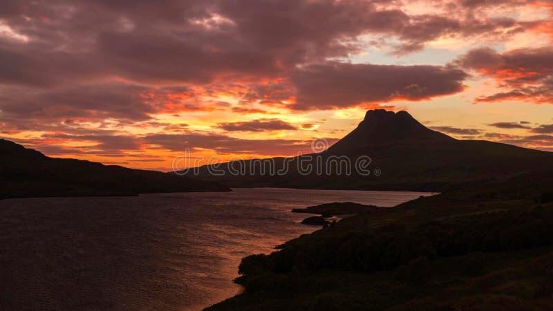 Vista cênico do lago e das montanhas em montanhas escocesas, Escócia, Reino Unido fotografia de stock royalty free