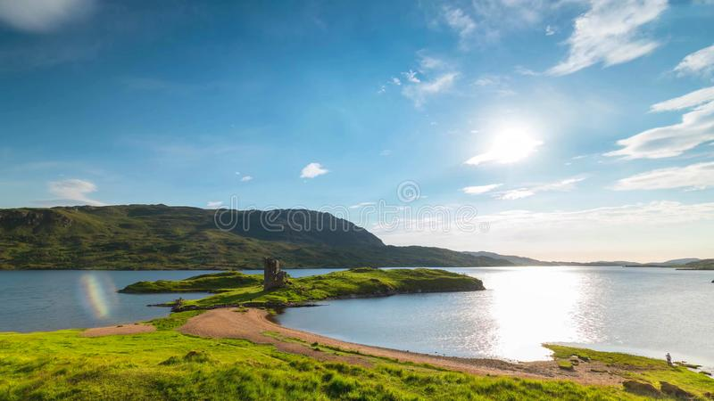 Vista cênico do lago e das montanhas em montanhas escocesas, Escócia, Reino Unido imagens de stock royalty free