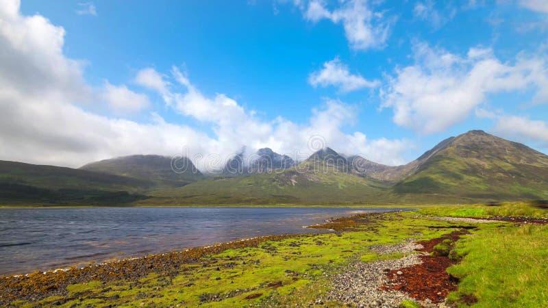 Vista cênico do lago e das montanhas em montanhas escocesas, Escócia, Reino Unido fotos de stock