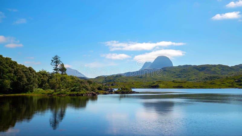 Vista cênico do lago e das montanhas em montanhas escocesas, Escócia, Reino Unido foto de stock royalty free