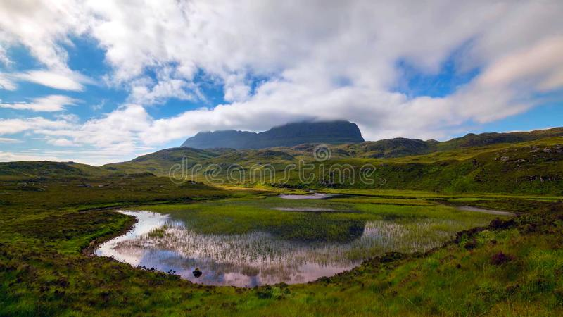 Vista cênico do lago e das montanhas em montanhas escocesas, Escócia, Reino Unido fotos de stock royalty free