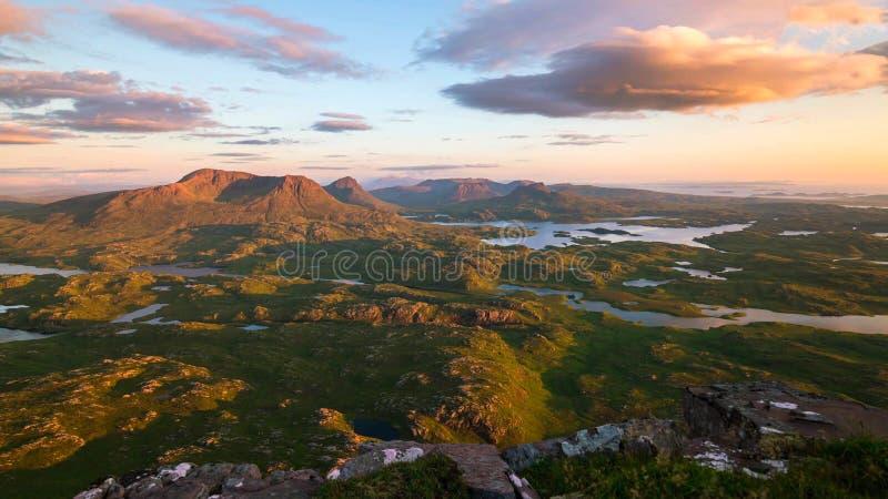 Vista cênico do lago e das montanhas em montanhas escocesas, Escócia, Reino Unido imagem de stock