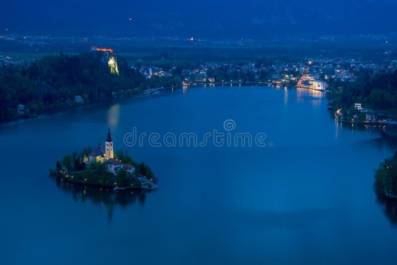 A vista cênico do lago sangrou de cima na noite imagem de stock