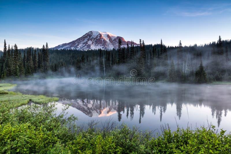 A vista cênico do Monte Rainier refletiu através do LAK da reflexão fotos de stock royalty free