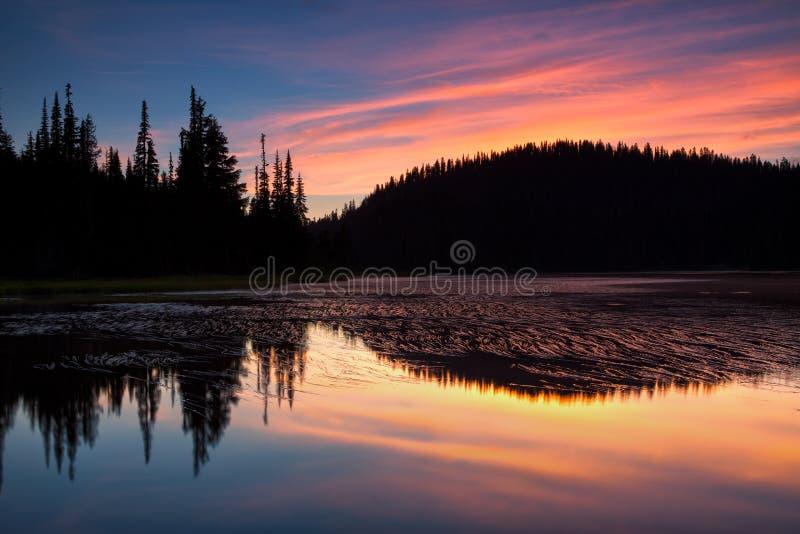 A vista cênico do Monte Rainier refletiu através do LAK da reflexão imagens de stock royalty free