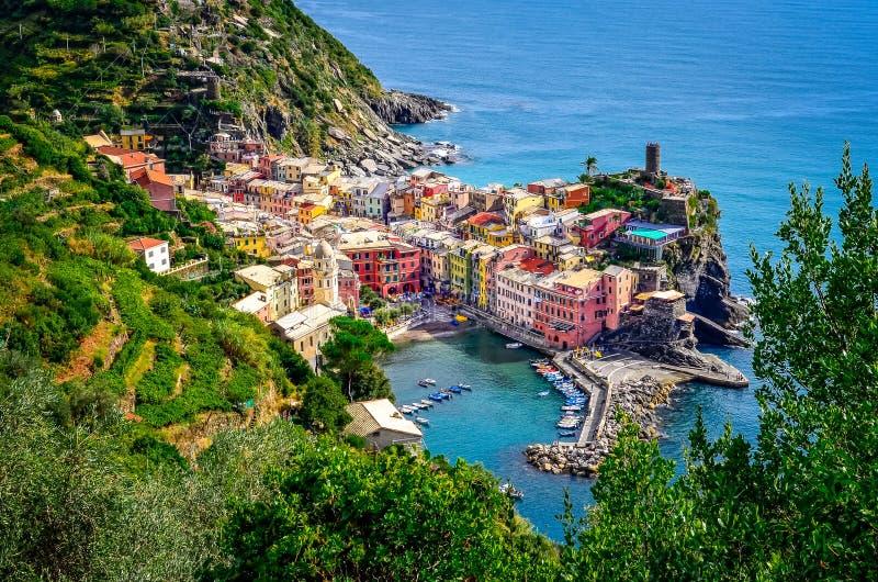 Vista cênico do oceano e do porto na vila colorida Vernazza, Ci fotos de stock