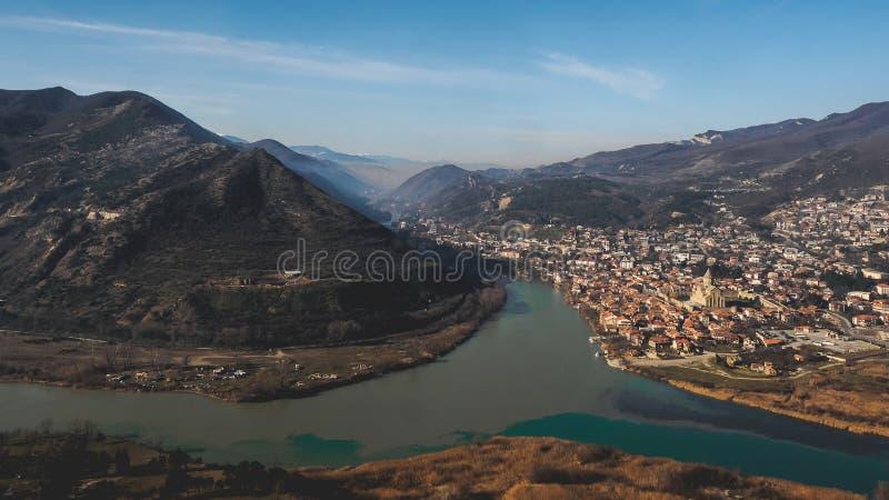 vista cênico do rio, das montanhas e da cidade bonita imagens de stock