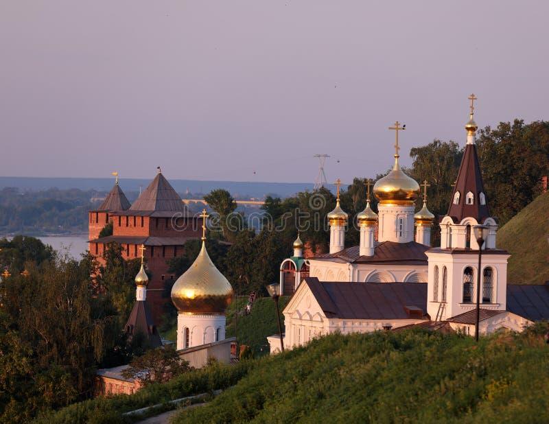 Vista cênico na igreja do St Elijah, nas abóbadas da igreja de St John o batista e nas torres de protetor do Kremlin de Nizhny No imagem de stock
