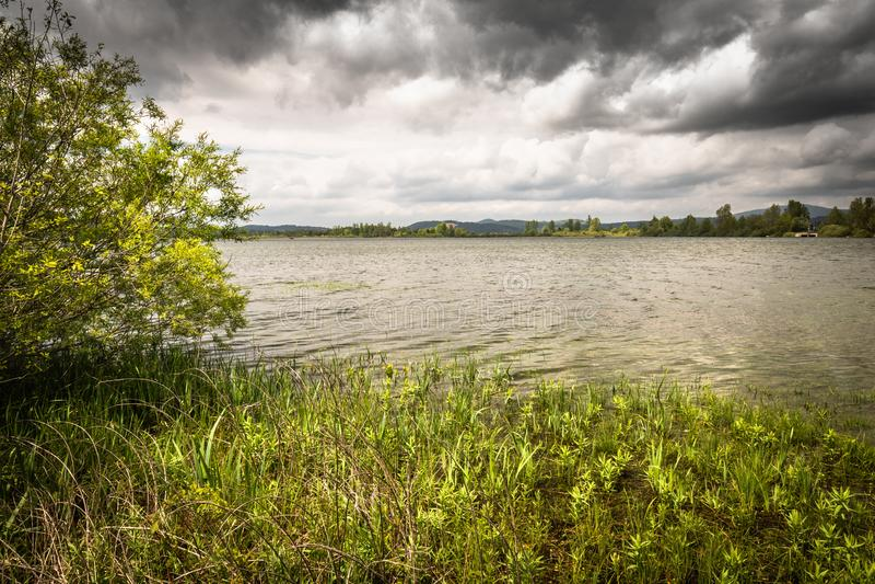 Vista cênico no cerknica intermitente bonito do lago, com água, estação de mola, slovenia fotos de stock