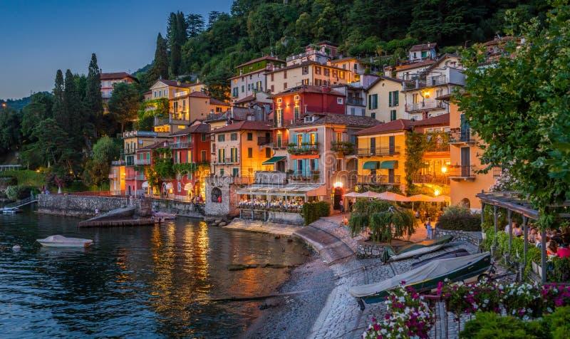 Vista cênico no Varenna bonito na noite, no lago Como, Lombardy, Itália fotografia de stock