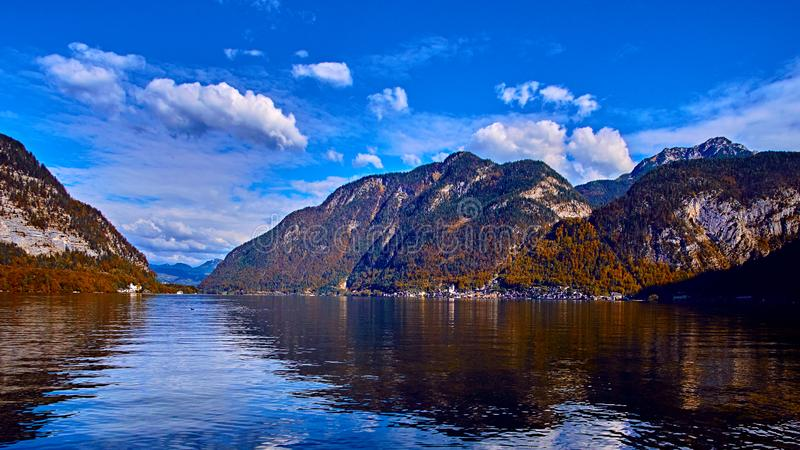 Vista cênico panorâmico de cumes austríacos Aldeia da montanha de Hallstatt no lago Hallstatt Opinião do lago do dia ensolarado e foto de stock royalty free