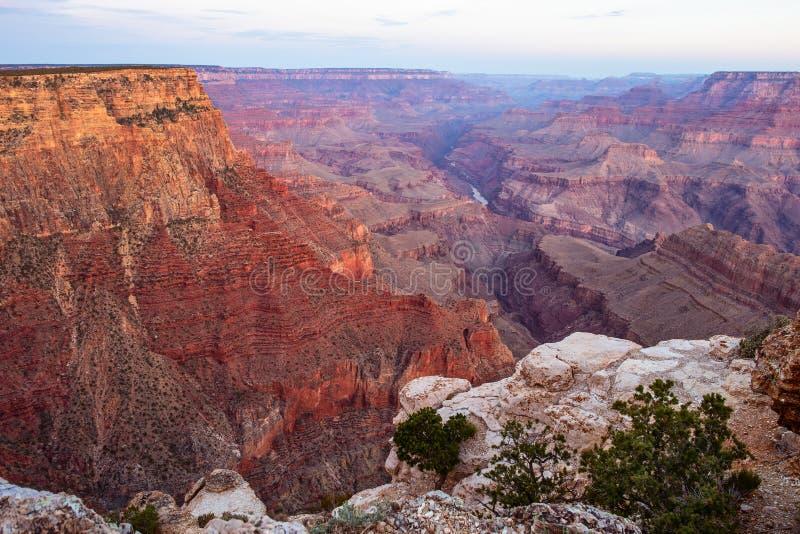 Vista cênnica do Grande Canyon e do Rio Colorado imagem de stock