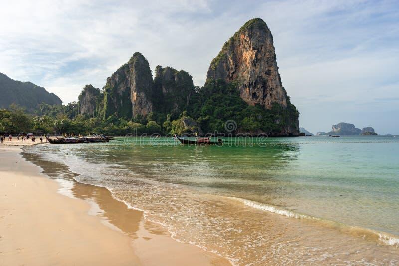 Vista cêntrica da praia arenosa, mar limpo, costa, rochas e fotos de stock