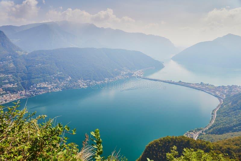 Vista c?nico ao lago Lugano da montanha San Salvatore foto de stock