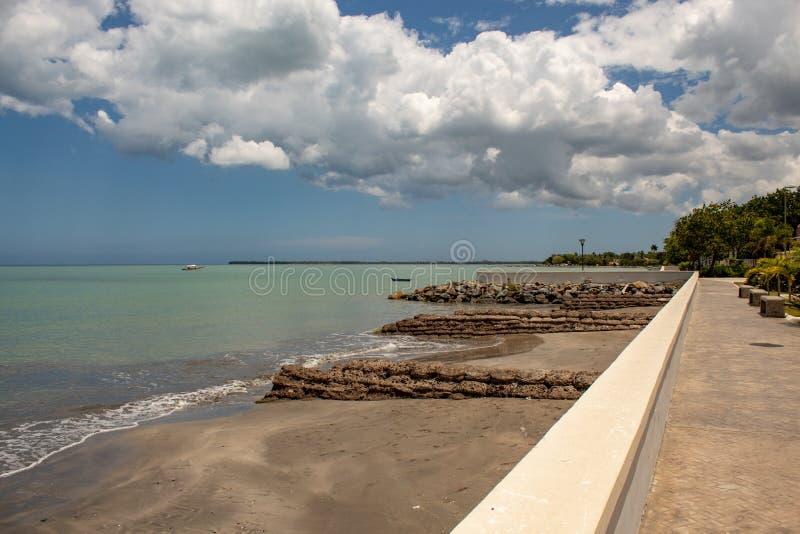 Vista c?nico da ba?a de MIches na Rep?blica Dominicana; mar verde, barcos, nuvens imagens de stock royalty free