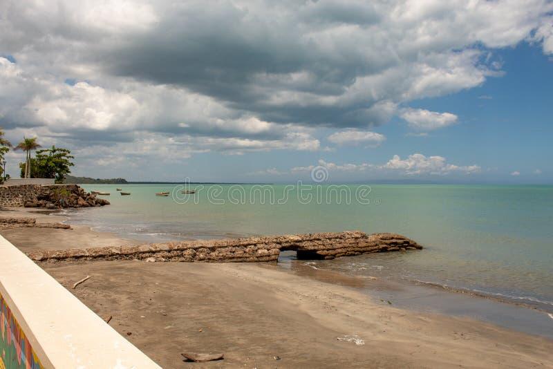 Vista c?nico da ba?a de MIches na Rep?blica Dominicana; mar verde, barcos, nuvens imagem de stock