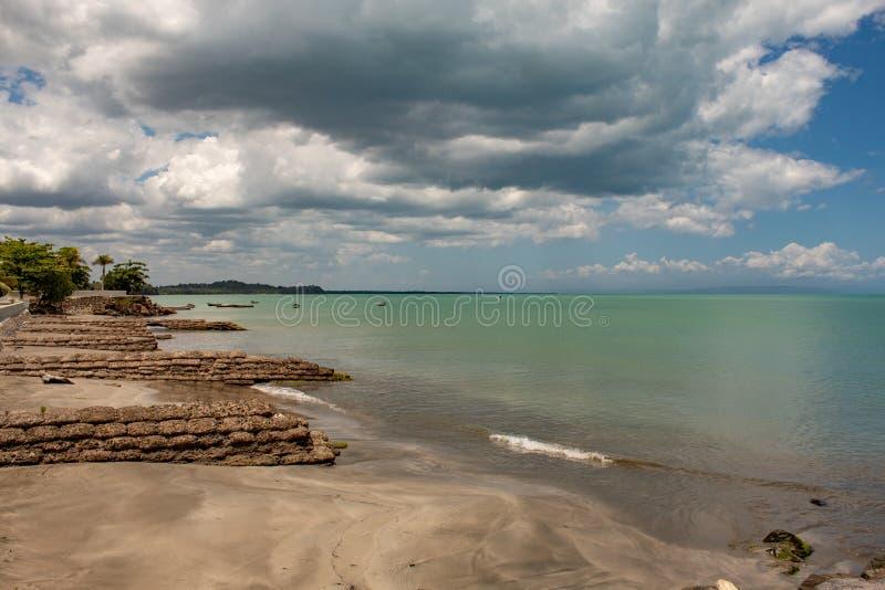 Vista c?nico da ba?a de MIches na Rep?blica Dominicana; mar verde, barcos, nuvens imagens de stock