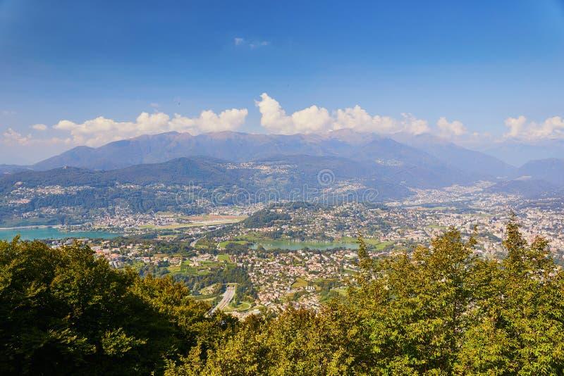Vista c?nico a Lugano da montanha San Salvatore fotografia de stock royalty free