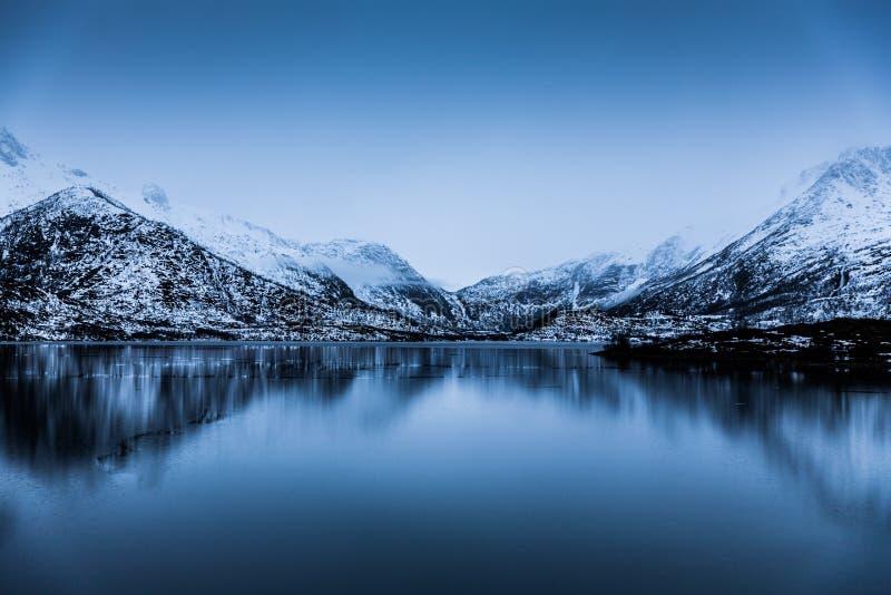 Vista calma calma dos fiordes em Noruega fotografia de stock