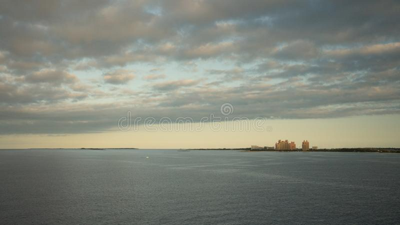 Vista caraibica delle Bahamas al tramonto o all'alba fotografia stock