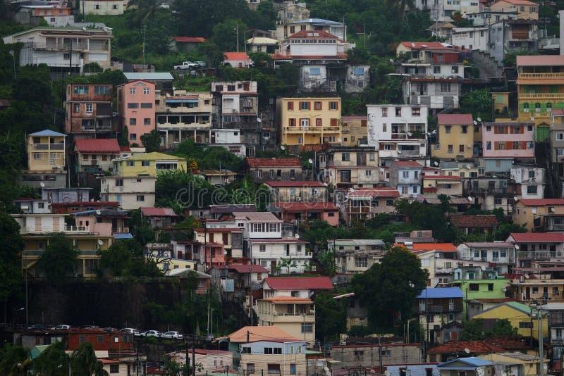 Vista cercana de casas en el Fort-de-France, isla de Martinica - Lesser Antilles, territorio de ultramar francés imagen de archivo