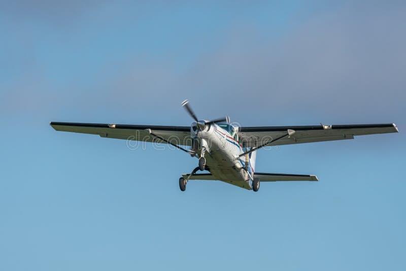 Vista cercana de un solo vuelo de los aviones del propulsor en el aire contra un cielo azul fotografía de archivo libre de regalías