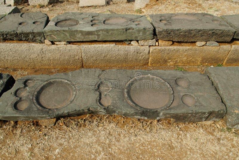 Vista cercana del Bhojana-sala, Hampi, Karnataka Depresiones bajas circulares para los platos grandes y pequeños para tomar la co imágenes de archivo libres de regalías