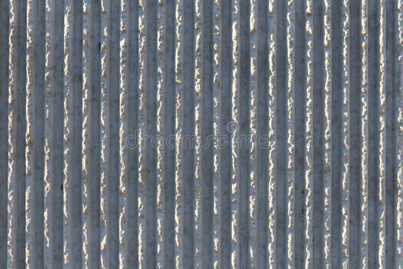 Vista cercana del fondo concreto texturizado del muro de contención junto a una carretera elevada imagenes de archivo