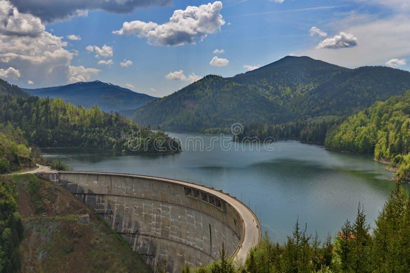 Vista cercana del Valea Draganului - lago y presa Floroiu imágenes de archivo libres de regalías