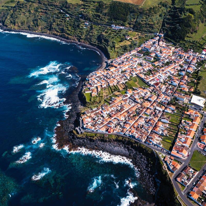 Vista che superiore la spuma dell'oceano sulle scogliere costeggia nella città della maia dell'isola di San Miguel, Azzorre fotografia stock libera da diritti
