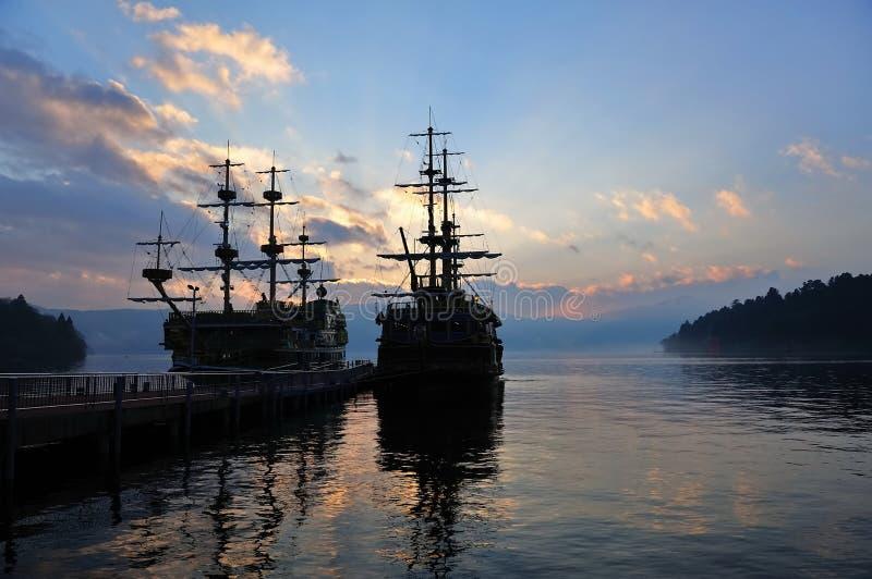 Vista che vede le navi sul lago Ashi, Giappone immagini stock libere da diritti